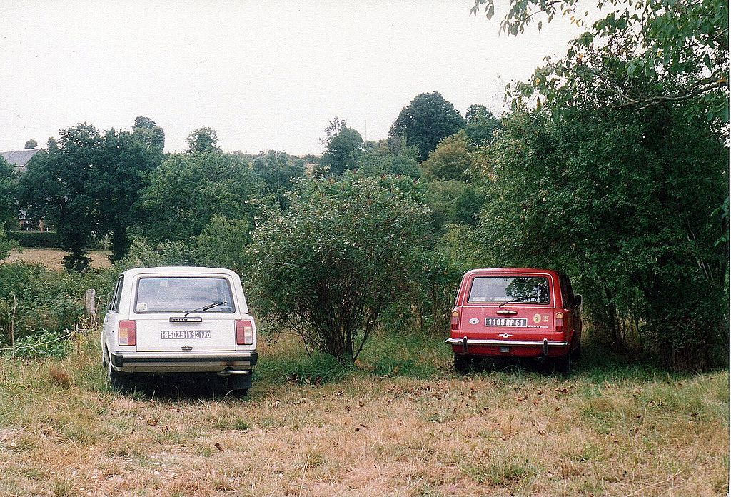 1024px-Lada_2104_and_Lada_1500_Combi_in_Normandy,_France