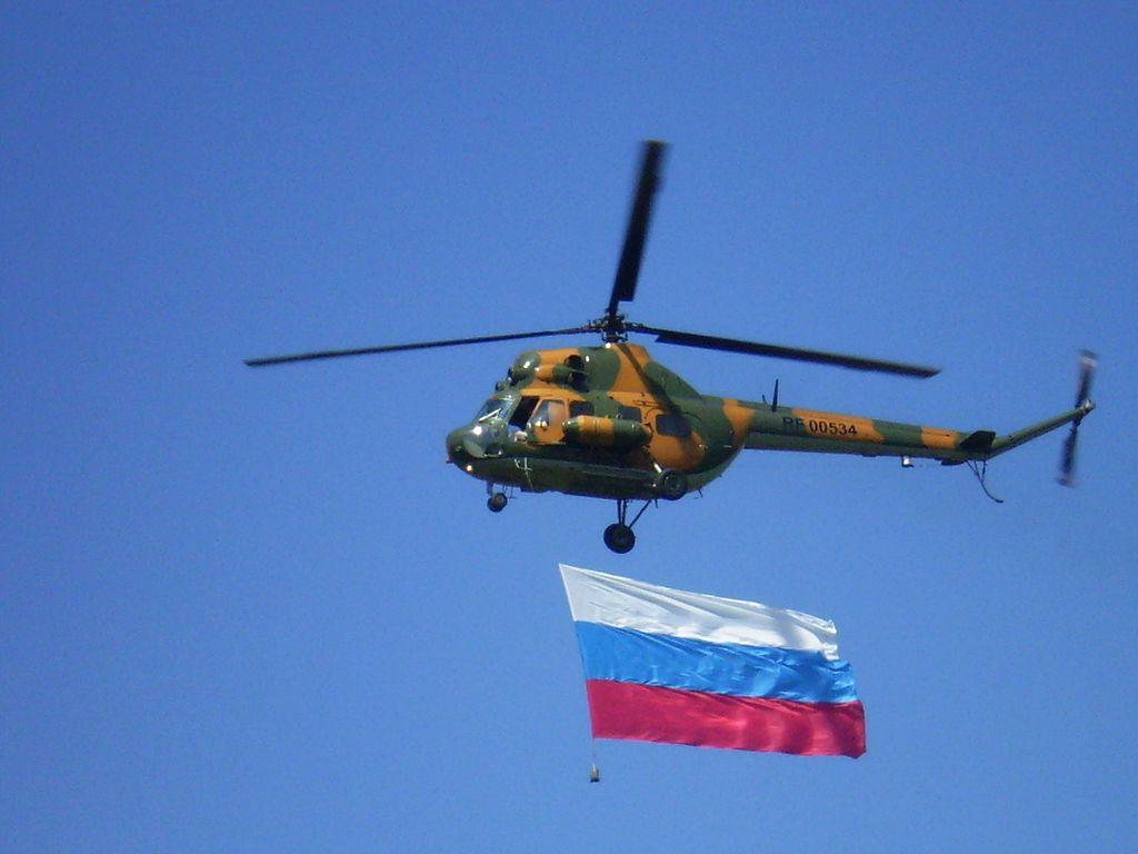 1024px-Ми-2_с_флагом_РФ_делает_облёт_над_аэропортом_Толмачёво